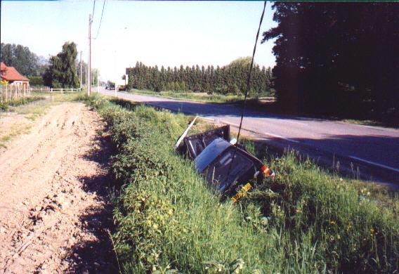 mai 1998. Les fossés qui bordent la rue sont-ils si accueillants que les véhicules viennent si volontiers s'y jeter ?